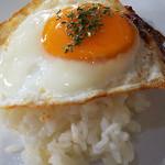 食事&喫茶 峰 - エビとハンバーグの目玉焼きをライスにオン!