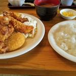珈琲一族  - 鶏唐揚げとエビフライとクリームコロッケのセット 850円也❕