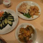 翠園楼 - キュウリの甘酢漬け、蒸し鶏、ザーサイ