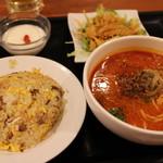 中国麺家 - 担々麺と炒飯のハーフセット 1025円。