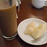 フルーツカフェ TOO BOO - セットのドリンク&フルーツ(梨)