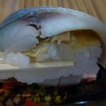 朝市屋 - サバの間にはガリと甘い椎茸がアクセントして挟まれてます