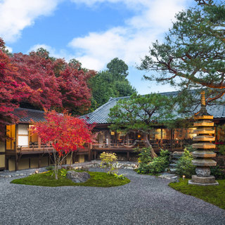 嵐山の絶景と日本庭園の美景に抱かれて佇む