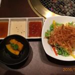 牛源 - サラダと一品(カボチャの煮物でした)