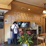 手もみそば 長壽庵 - 生花の飾られた店内