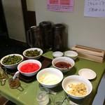 一心家 - 料理写真:調味料や漬物のコーナー、セルフです