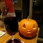 大衆ビストロ 2918 - こぼし赤ワインとハロウィンのカボチャ