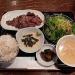 Yakinikusakabasumibiya - 塩牛タン定食とろろ付き