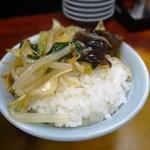 千里飯店 - 半ライスにサンマーメンの具を載せて自家製の旨煮丼