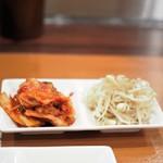 カウンター焼肉専門 焼肉おおにし - キムチとナムル。これにご飯で800円・・。