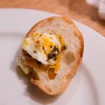 フォーハーツカフェ - トリュフ&エッグにはパンもついています。
