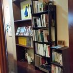 トネリコ カフェ - 本がたくさん立ち並んでいる店内