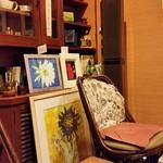 トネリコ カフェ - 奥の部屋は絵や本がたくさん飾られてました