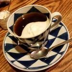 トネリコ カフェ - セットのホットコーヒーにクリームを入れたところ