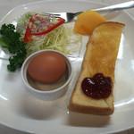 yamabiko - サンドウィッチからイチゴジャムトーストに変わってました。イチゴジャムトーストにサラダ、ゆで卵、デザートは季節柄柿でした。
