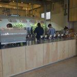ブルーボトルコーヒー - レジカウンター注文後は、ハンドドリップコーヒーコーナーの前でしばし待つことにしました。