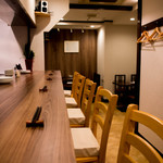 中華料理 HACHI - カウンター席6席、テーブル席3席あります。落ち着いた雰囲気の店内