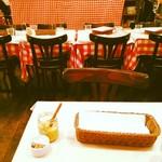 パリのワイン食堂 - 赤のギンガムチェック。