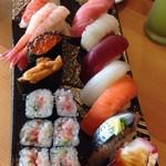 58248637 - 寿司11貫に玉2貫+鉄火巻+味噌汁で1500円(税込)