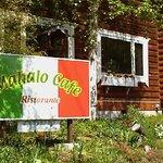 マハロカフェ リストランテ - ログハウスに映えるイタリアンカラーの看板