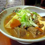 居酒屋まるまん - もつ煮。よく煮込まれていて、豆腐もたっぷり美味しい一品。