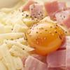 麦の市 - 料理写真:カルボナーラもんじゃ イタリアと下町の味のコラボ クリーミーな味わいにベーコンの塩味と粒コショウがアクセントになってま