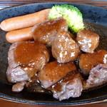 Nikusakabajuraku - サイコロステーキ(特製ソース)とチョリソ