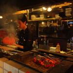 焼き鳥・炉端焼き・炭火居酒屋 炭火家らんたん - 炭火を使い串焼を作ります♪