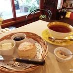 可笑的花 - スコーン 英国式紅茶ストレート