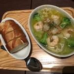 東京ロビー - 魚介のアヒージョとバゲット