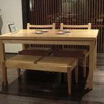 5827538 - 椅子の座面もテーブルも低めに作られています。