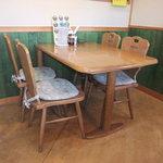 カレーやSAN - 落ち着いた4人掛けのテーブル