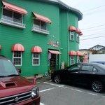 カレーやSAN - ちょっと目立つ緑の壁と赤いひさし