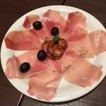 東京ロビー - スペイン産生ハムとサラミ