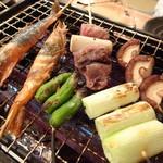 浜焼太郎 - 有頭海老(198円)とししとう(98円)と長ねぎ(98円)とマグロのほほ肉(198円)