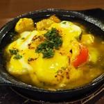 イタリアン カフェ&ワインバル GB 立川店 - チーズを乗せた海老と季節野菜のアヒージョ
