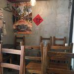 58284539 - シンガポール料理店とあって、店内は中華感とアジアンが混ざったプラナカンな雰囲気で