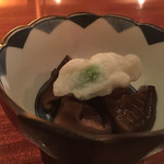 酒肴BAR厳樫 - 料理写真:付き出しは椎茸たいたんと蒲鉾