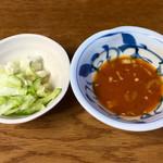 長興屋 - お通しの漬物と焼き肉のタレ