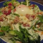 居酒屋かたつむり - シーザーサラダの温泉玉子添え(八種類の野菜などたっぷりサラダ)