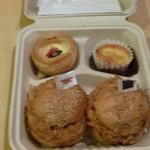 スカイマートビードル - アメリカンなパッケージをの中身は美味しそうなメンチカツバーガーと副菜(ピンボケすみません><)