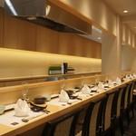 神田明神下 みやび - 従来の天麩羅カウンターに、寿司のカウンターも設けました