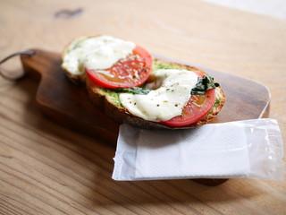 バイロンベイコーヒー 大門店 - Tomato&mozzarella¥420