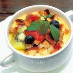 ツルザワ - トロットロあつあつのカスタードクリームにフルーツがからむ、冬季限定メニュー!フルーツグラタン