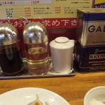 八戒 - 調味料 (白いのはラー油)