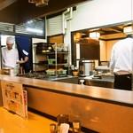 秋田比内地鶏や - 店内(調理場を囲むようなコの字型のカウンター席)