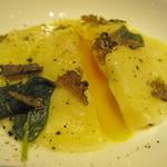 トラットリア ソメヤ - 卵黄を詰めたラヴィオローネ カルボナーラ:黄身がトロリ