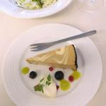 パスタ・エ・カフェ・シオサイ - デザートのレアチーズケーキ。ミントリキュールのグリーンが綺麗。