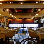 パスタ・エ・カフェ・シオサイ - 東側の港町食堂ゾーンから見た、ノスタルジックな店内