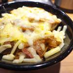 新橋 岡むら屋 - サイドビュー。肉感は十分あるが、同じ味が続くので副菜を添えると良いかも